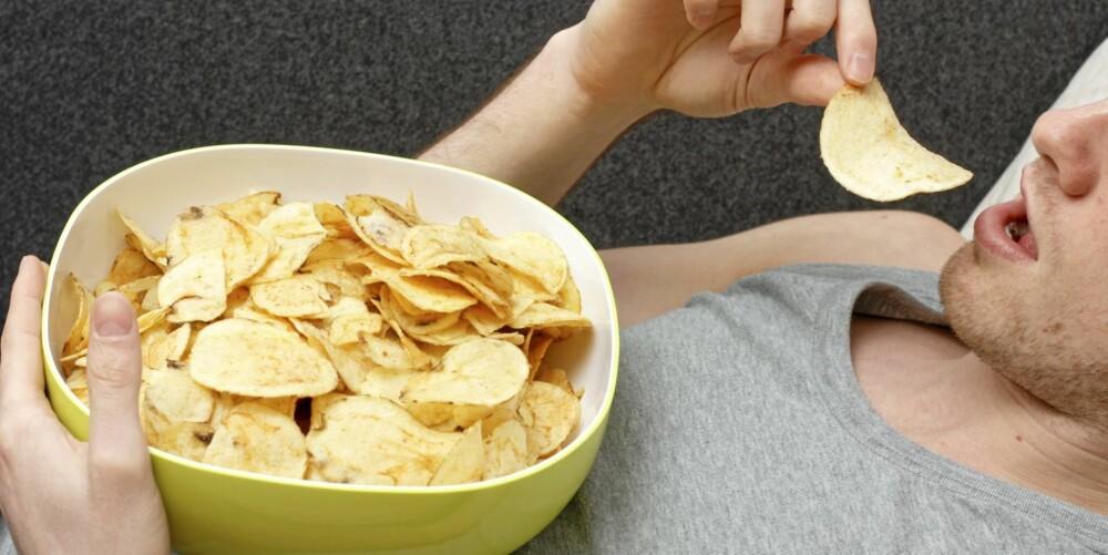 USTOPPELIG: Den berusende effekten fett og salt har på hjernen din, gjør at du ikke klarer å stoppe før chipsbollen er helt tom.