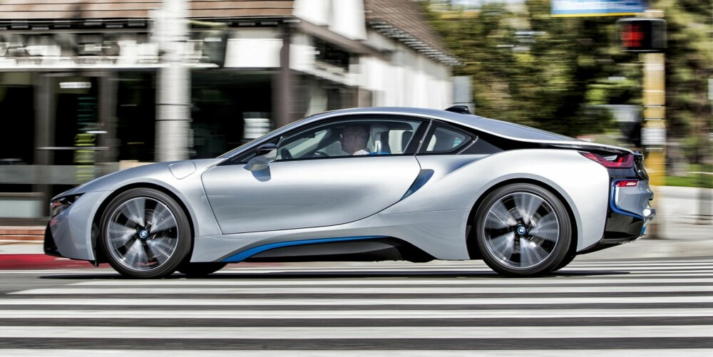 KRAFT: BMW i8 er fascinerende sterk og rask. Den tresylindrede bensinturboen er kraftig dopet, mens hybridsystemet sørger for at turboforsinkelsen er umerkelig. FOTO: Paul Barshon, Top Gear