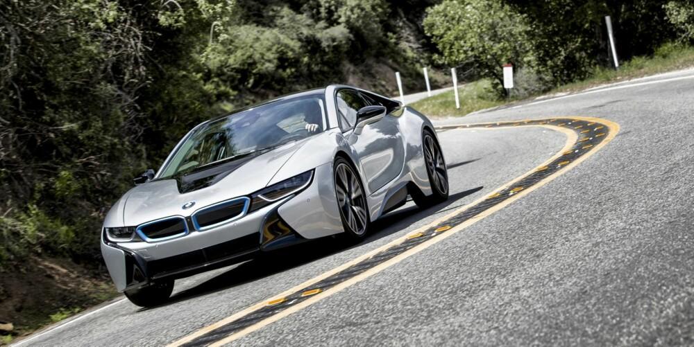 MORSOM: Styringen er nøyaktig. Foran har i8 smale dekk som skal bidra til å senke forbruket. BMW-ingeniørene jobber med å utvikle gummiblandinger som gir enda bedre grep. FOTO: Paul Barshon, Top Gear