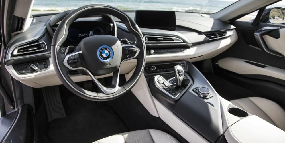 """FLYT: Interiøret er lettere og mer """"""""flytende"""""""" enn hva det er i andre superbiler. Setene er tynne for å spare vekt, men gode å sitte i. FOTO: Paul Barshon, Top Gear"""