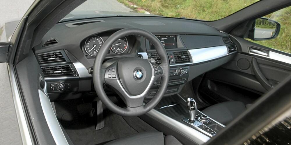 Dashbordet i BMW X5 xDrive30d er nøkternt for en bil som koster oppunder 900 000,-.