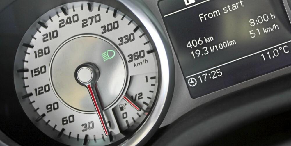 FULL FART: Om speedometergraderingen helt til 360 km/t er litt å ta i selv for SLS AMG, går den alltid mer enn fort nok. Toppfarta er 317 km/t, 0-100 km/t tar 3,8 sekunder.