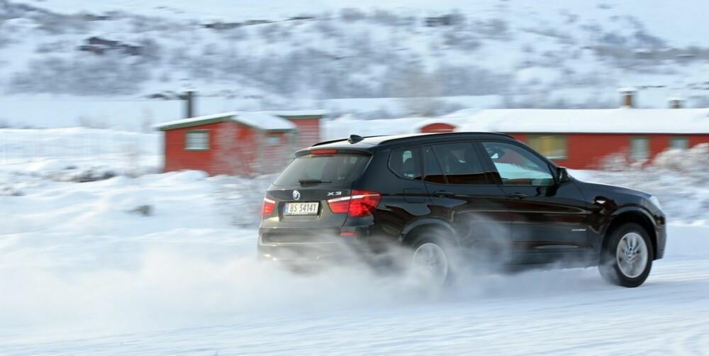 FINT DRIV: Ett trykk på DSC-knappen og BMW X3 får lov til å slippe seg mer løs i sideretning. Moro på en stor og tom parkeringsplass.
