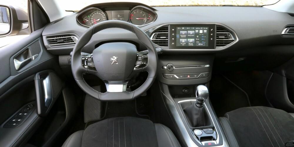JA, DET FUNKER: Det moderne cockpitdesignet i Peugeot 308 SW kan virke fremmedartet i starten, men fungerer som bare det.