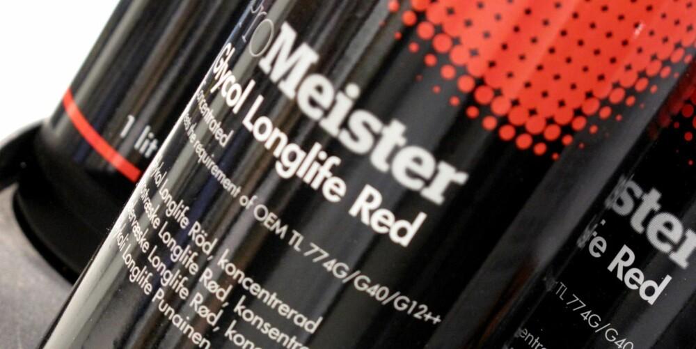 LANG LEVETID: Det står på flasken hvor ofte kjølevæsken må byttes. Blå væske burde byttes hvert år, mens rød - såkalt longlife-væske - burde byttes hvert tredje år.