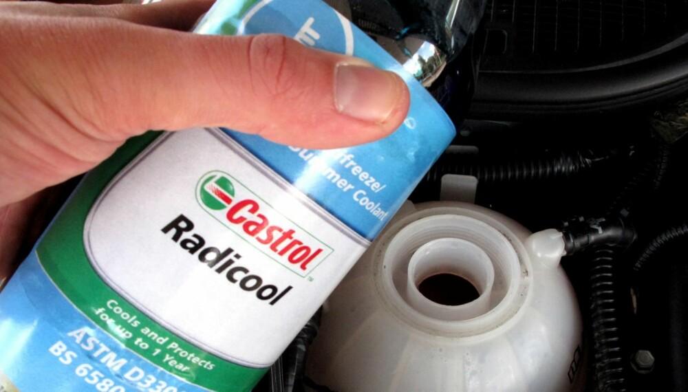 KAN KOSTE: Blander du kjølevæske kan væsken klumpe seg og tette bilens kjøleanlegg. Det kan føre til motorhavari.