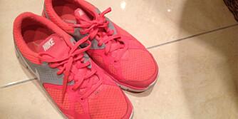 TÅFISLUKT: Sliter du med svette på beina når du har på deg sko? Dryss på litt babypudder såklart.
