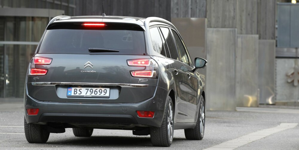 GOD LENGDE: Citroën Grand C4 Picasso er 17 cm lengre enn lillebror C4 Picasso. Selv om det ikke er mye, er det nok til at Grand-utgaven blir langt mer elegant - kulepreget til lillebror forsvinner. God bredde helt opp til taket sørger for både god plass og ekstra plassfølelse. FOTO: Petter Handeland