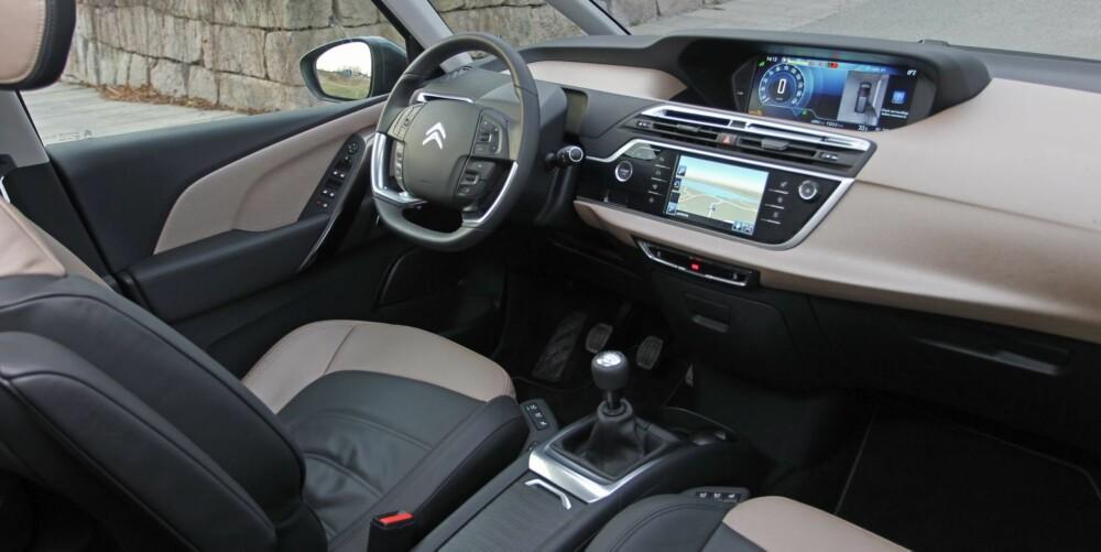 ROMMELIG: Innvendig er Citroën Grand C4 Picasso spesiell på flere måter. Glassflatene skaper romfølelse - det virker som om det er enda mer plass i den enn det faktisk er. Dashbordet har midtstilte instrumenter, og her fungerer det faktisk fint. Skjermen kan settes opp etter sjåførens smak og behov. FOTO: Petter Handeland