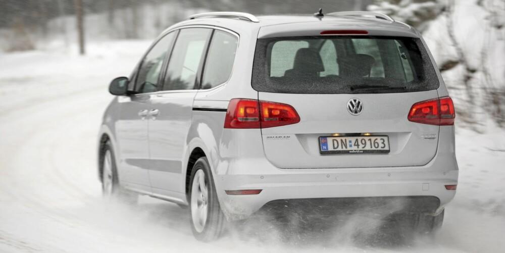 STØDIG: VW Sharan er både lang, bred og høy. Kjøregenskapene er generelt stødige, men på glatt underlag kan hekken av og til komme ut.