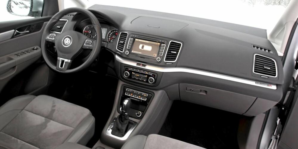 TYPISK VW: Førermiljøet er lettbetjent. Førersetet kan stilles fra uventet lavt til nesten full SUV-høyde. Her vil de fleste raskt finne en fin sitteestilling. DSG-gir anbefales.
