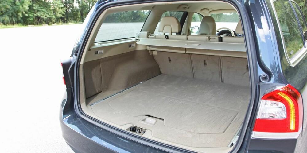 BREDERE: Bagasjeromsplass er det nok av i V70. Rommet er ikke så dypt, men bredere enn bagasjerommet i BMW 5-serie, for å ta et eksempel.