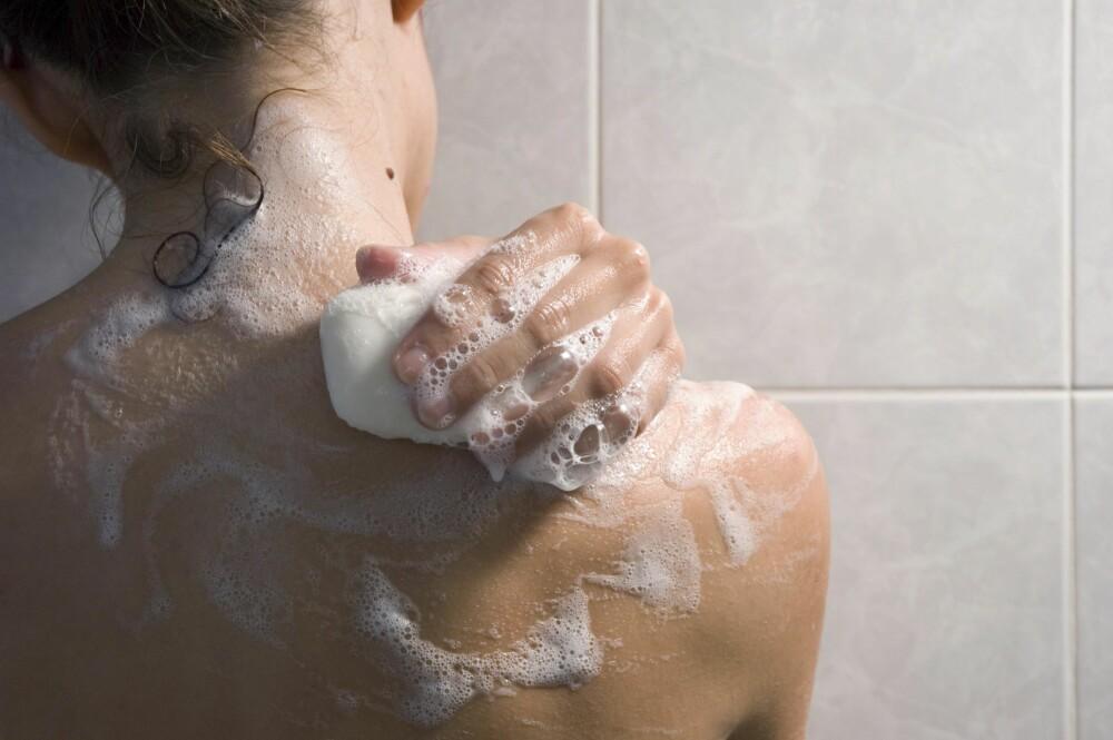 PASS PÅ SÅPEN: En lang og glodvarm dusj, samt innsåping av hele kroppen, er noe av det mest uttørkende du kan utsette huden din for.