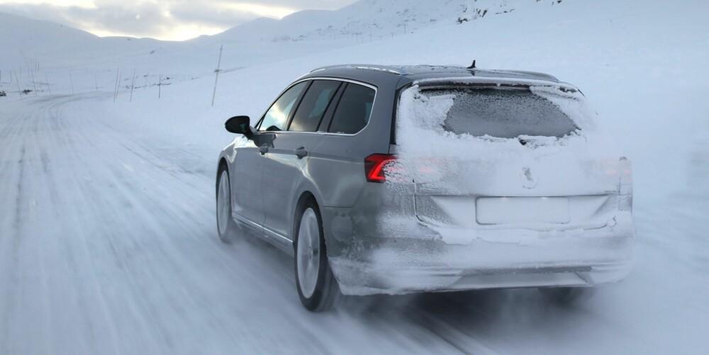 KJØRER BRA: Vi har lite å utsette på kjøreegenskapene til nye Passat, som er velkjørende og forutsigbar og trygg på vinterføre.
