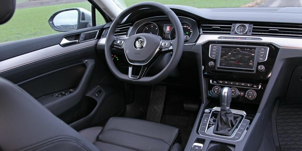 MINNER OM GOLF: Eksteriørdesignet lover mye, men interiøret følger ikke opp. Det minner for mye om interiøret i Golf. Den solide følelsen er likevel til stede, og brukervennligheten er som vanlig i Volkswagen-sammenheng meget god.