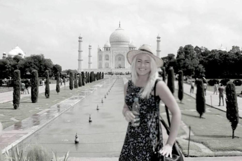 HELT OM DAGEN: Frilansjournalist Thea Steen (25) elsker å dra på sightseeing om dagen. Men vil helst være i nærheten av hotellet sitt om kvelden. Her på ferie i India.