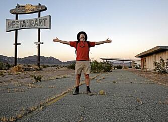 """THE MOTHER ROAD: Route 66 fikk flere kallenavn, deriblant """"""""The Mother Road"""""""" og """"""""The Main Street of America"""""""". Her nyter jeg stemningen ved den gamle Roadrunner restauranten i California."""