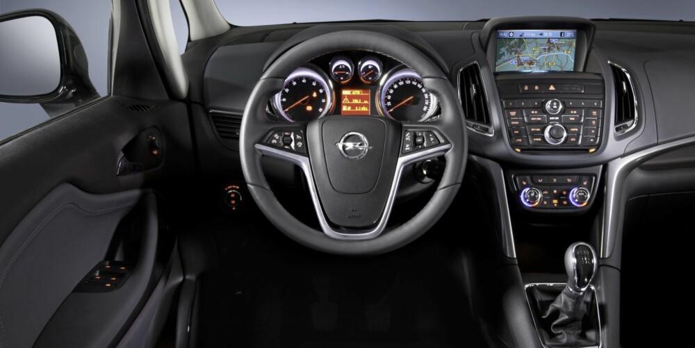 """STRAMT: Det er ganske mange knapper på midtkonsollen i Opel Zafira Tourer, men ellers er den det en kan kalle """"""""tysk stram"""""""" i interiørdesignen. FOTO: Opel"""