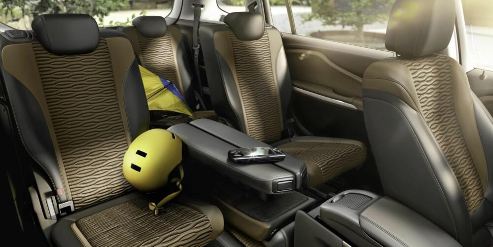 LOUNGE: Opel kaller seteløsningen for Lounge seating. Det går ut på at midtsetet på rad to blir til store armlener og at de ytre setene kan skyves ekstra langt bakovser og litt innover mot midten. Her får selv de ordentlig store veldig god plass. FOTO: Opel