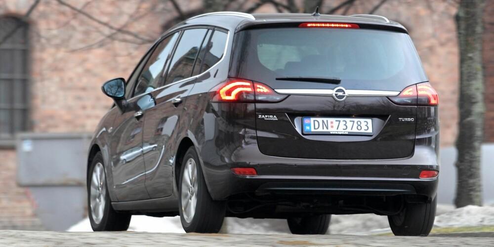MER STIL: Sammenlignet med den forrige Opel Zafira, virker den nye slankere og lavere. Det er i stil med Opels løfter: Zafira Tourer skal minne mer om en stasjonsvogn. FOTO: Egil Nordlien, HM Foto