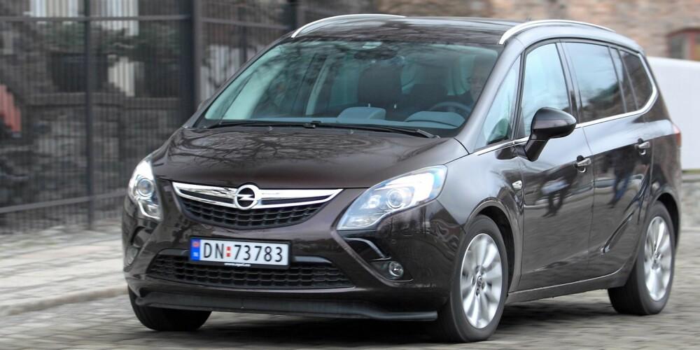 NYTT ANSIKT: Zafira og Ampera er de to første bilene med Opels nye fjes, som er preget av at en bue strekker seg ned fra hver av lyktene. FOTO: Egil Nordlien, HM Foto