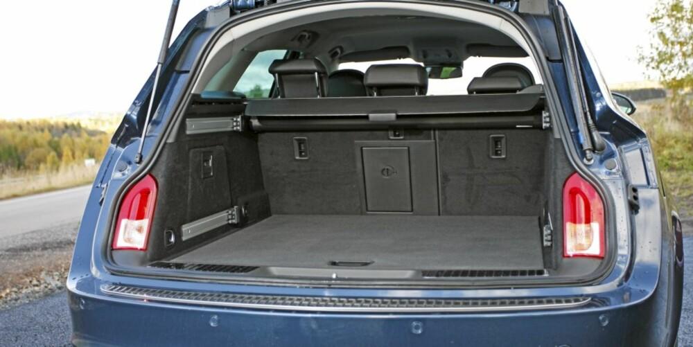 TRANG: Verken plassen i baksetet eller bagasjerommet imponerer, og sistnevnte er både grunt og lite utnyttet i bredden.