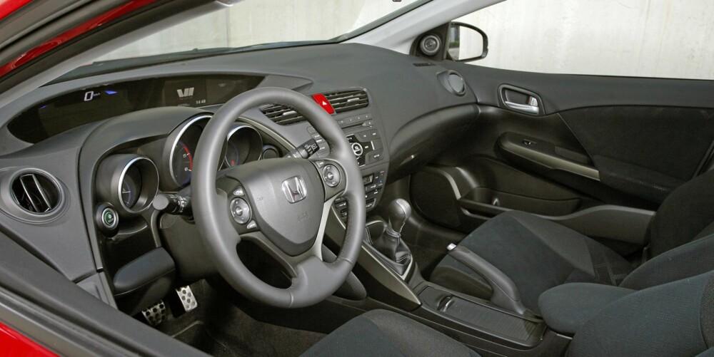 """SVART: Kupeen er helt og holdenst i svart i Sport-utgaven av Honda Civic. Dashbord-instrumentene er i to """"""""etasjer"""""""", en løsning som fungerer godt. FOTO: Petter Handeland"""