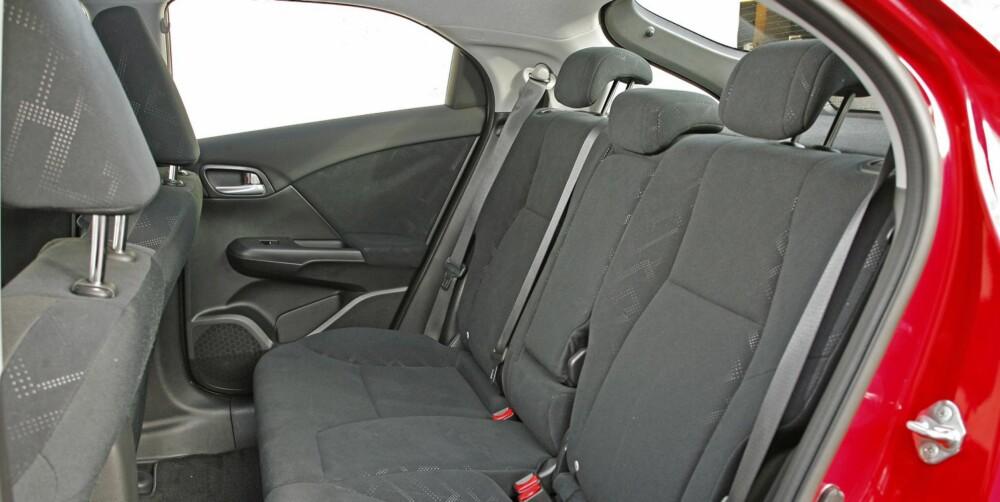 GREIT FOR FIRE: I Honda Civic sitter inntil fire personer godt. Midplassen bak er ikke komfortabel. FOTO: Petter Handeland