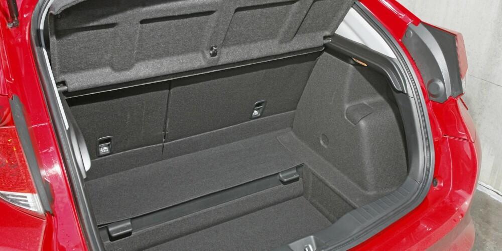 DYPT: Honda har flyttet bensintanken lenger framover i bilen. Derfor har Civic et svært dypt - og veldig rommelig - bagasjerom. FOTO: Petter Handeland