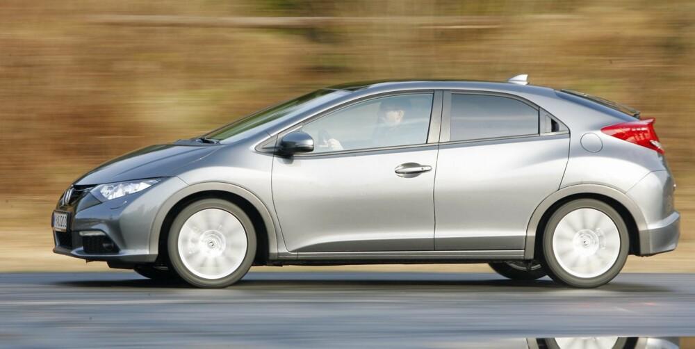 LIGNER: Sett fra siden ser en klare likhetstrekk med den forrige Honda Civic-modellen. FOTO: Petter Handeland