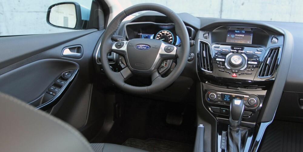 BÅDE OG: Sittestilling, ergonomi og komfort er helt topp i Focus Electric, men vi skulle gjerne sett at Ford ryddet opp i knappefloraen og gjorde systemet enklere i bruk.