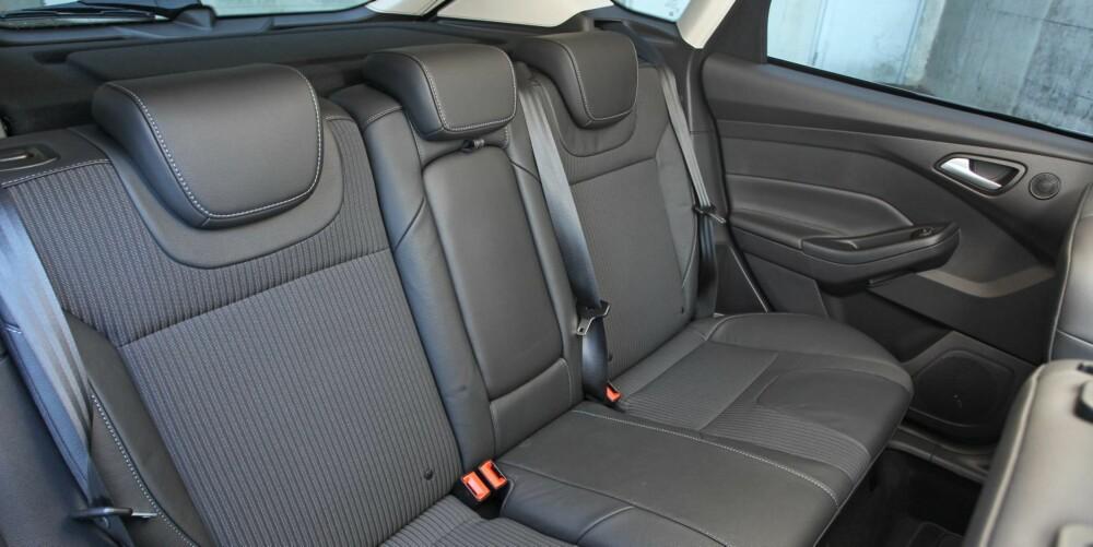 GOD PLASS: Til kompaktklassebil å være, er bakseteplassen i Focus god. Med det mener vi at plassen er god til to voksne, men snau til tre.