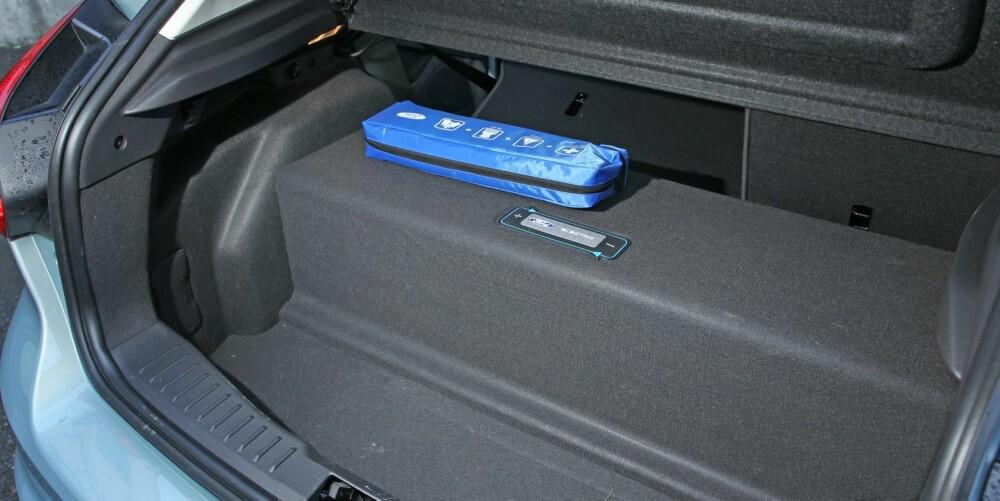 TYVEN: Ford har valgt å legge batteripakken i bagasjerommet isteden for under bilen. Det stjeler verdifull plass i bagasjerommet og lager en kjempeterskel dersom du legger ned bakseteryggen.