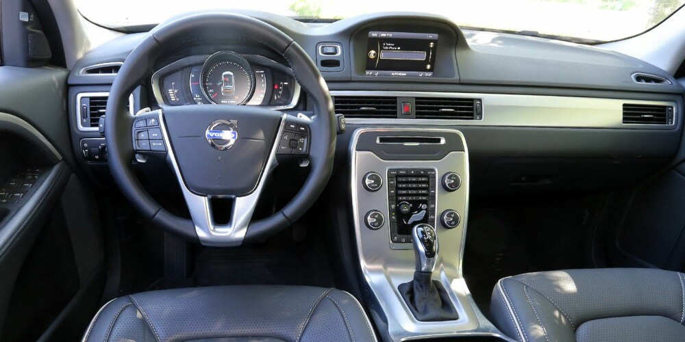 HOLDER STILEN: Det er et pent dashbord Volvo V70 kan by på, men noen betjeningselementer er utdatert.