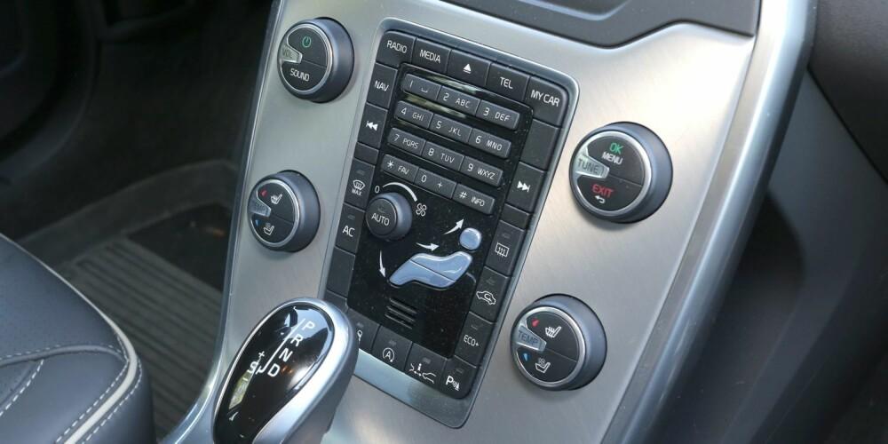 KNAPPER: Mange knapper og ulike brytere trengs for å betjene Volvo V70. Vi har sett mer moderne løsninger som fungerer bedre.