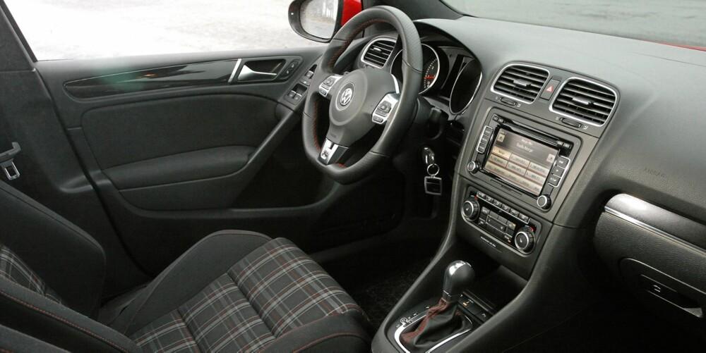 LITT RETRO: Det rutete stoffet i setene er inspirert av setene i første Golf GTI som kom på markedet i 1976.