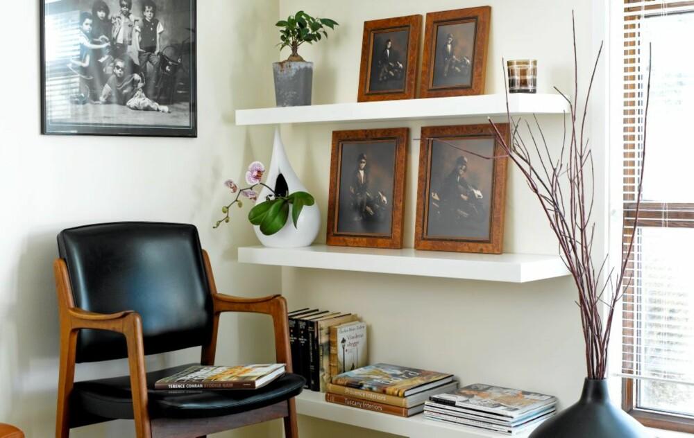 RENE LINJER: Bruk gjerne en farge på motiv og ramme som henter inn elementer i innredningen. Her matcher rammene og treverket i stolen, mens sort/hvit-motivet tar opp det sorte i innredningen.
