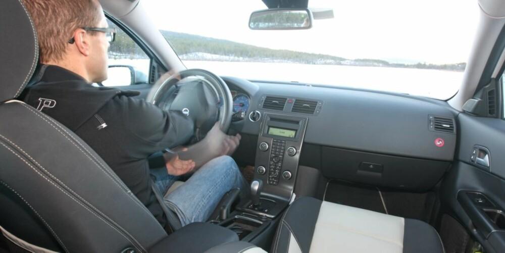 KONGEPLASS: Det er meget komfortabelt bak rattet - og bilen er lett på styringen.