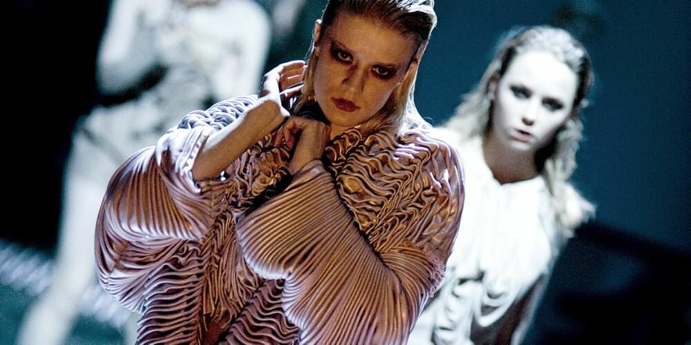 DRAPERINGER: Christina Lovery sine plagg er erotiske og med masse draperinger.