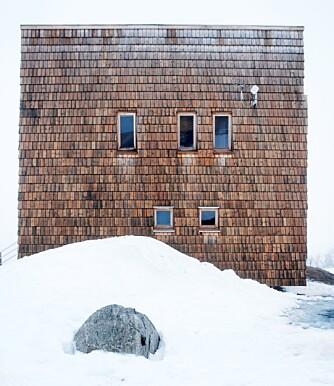 ANSIKTET MOT NORDAVINDEN: - I dette værharde landskapet er det best å unngå at noe stikker ut eller henger utenpå bygningen. Derfor fikk hytta en kompakt form, forklarer arkitektene.