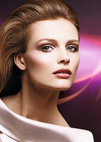 KLASSISK: Dior sin vårlook kombinerer brune øyenskygger meg naturlige røde lepper.