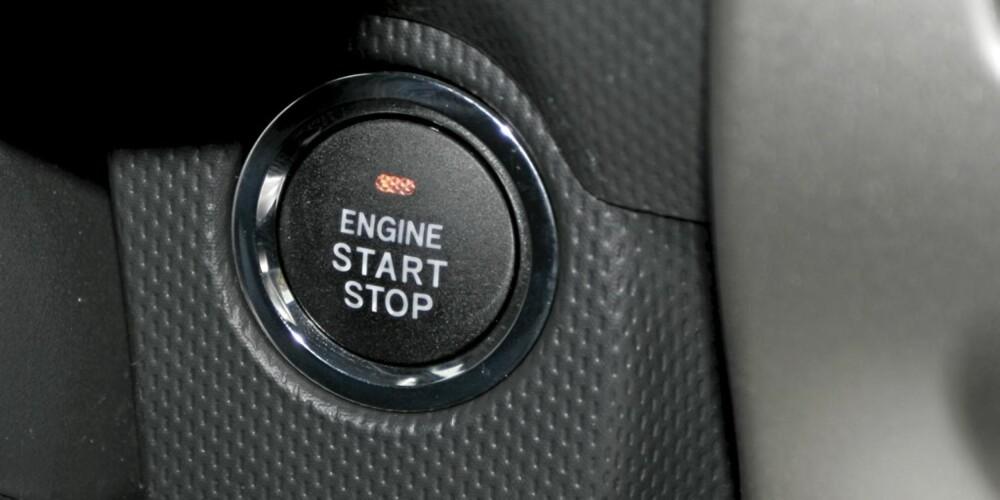 STRATTRØBBEL: Når det lyser rødt i denne knappen får du ikke start. Toyota gjorde det pinlig for oss ved flere anledninger.