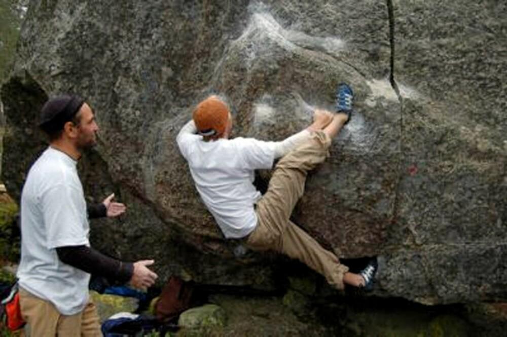 KLAMRER SEG FAST: Tormod Granheim henger på stein.