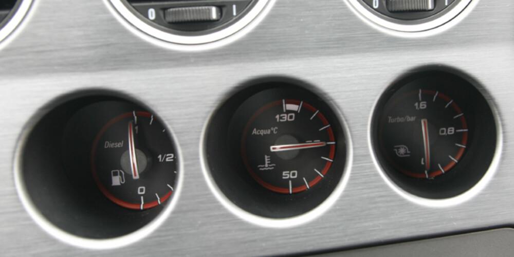 Den dieselmotoriserte bilen har til og med en turbotrykksmåler i midtkonsollen, og det er stas.