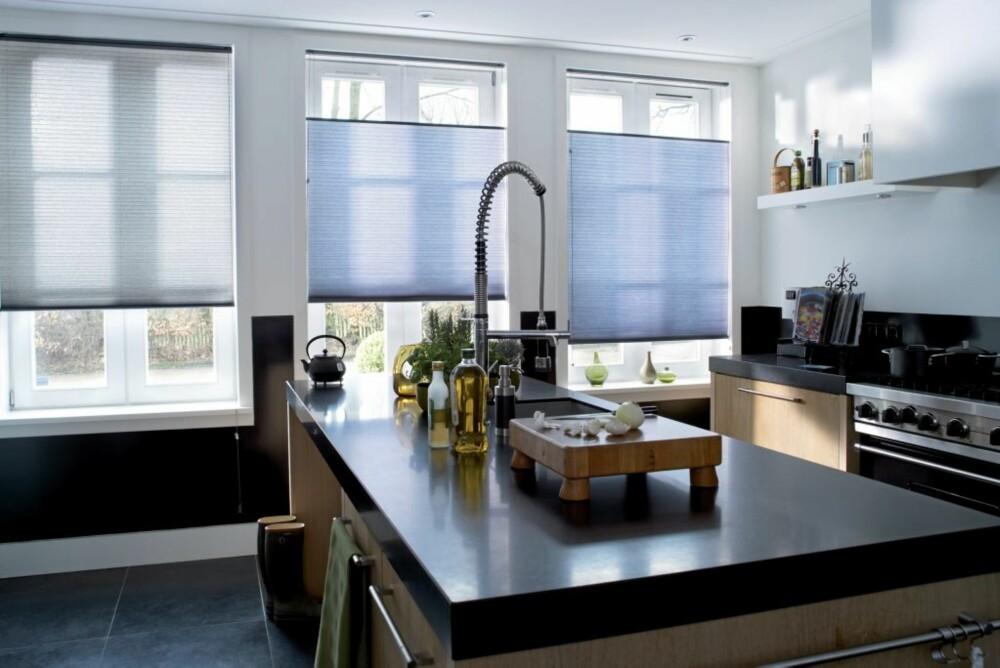 TETT: Tett, men ikke mørkt. Plissépanelene er fleksible og kan erstatte både gardiner og persienner.