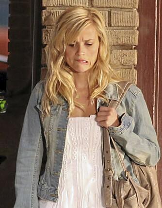 Reese Witherspoon bruker tannbørste på håret.