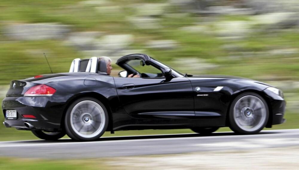 ROADSTER: BMW Z4 er en klassisk roadster med langt panser og to seter.