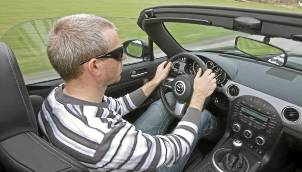 PIRRER SANSER: Uten tak hører du lyder og lukter. Det gir roadsterkjøring en ekstra dimensjon.
