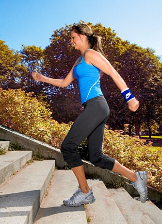 TRAPPELØP: Start i bunnen av trappa. Løp opp så rask du kan. Gå eller småjogg ned igjen, og gjenta.