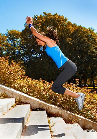 TRAPPEHOPP: Etter at du har hoppet opp trappen går eller småjogger du ned igjen, og gjør det samme om igjen.